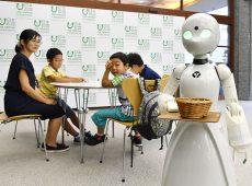 اداره کردن رباتهای پیشخدمت در ژاپن توسط معلولین