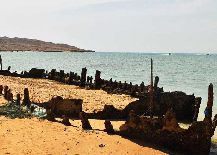 کشتی به گل نشسته پرتغالیها در جزیره هنگام