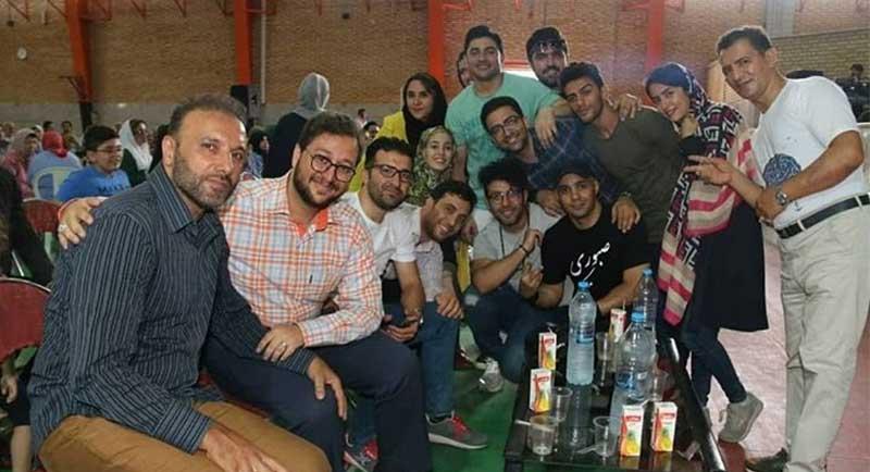 بشیر-حسینی-در-کنار-بچه-های-عصرجدید