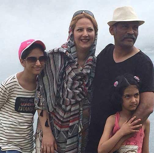 نادر فلاح و همسر و دخترانش
