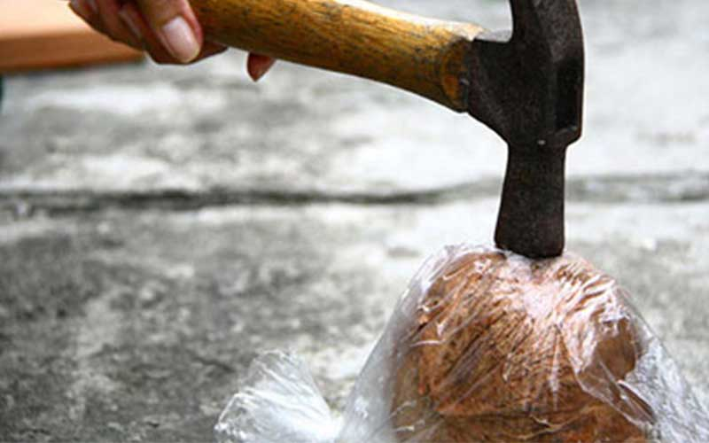 چگونه پوست نارگیل را بکنیم؟